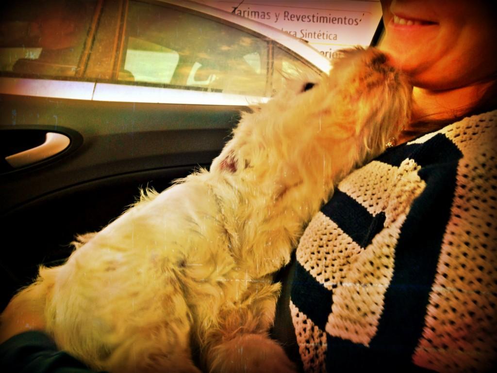 Vhella Demerino dando besitos a mamá
