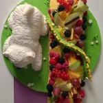 Tarta fondant con un westie y tartaleta de frutas, vista desde arriba