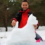Construyendo un westie de nieve,: posando al westie de nieve